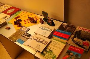 Diverses publicacions exposades i taller antinuclear