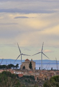 Aerogeneradors i ermita de la Misericòrdia a la Fatarella