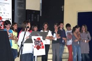 Alumnes del col·legi la Bòvila presentant el seu treball